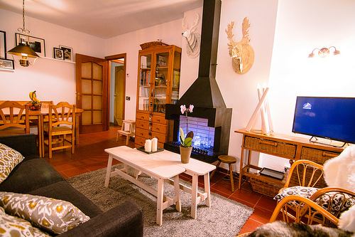 Living room with fireplace and flat screen TV - Els Refugis Canillo